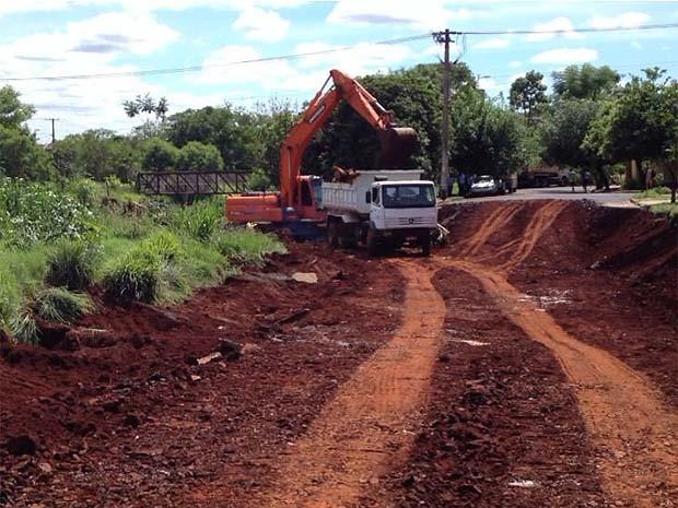 Obras para reparar asfalto em rua de Ribeirão Preto começaram nesta sexta-feira, 13 (Foto: Caetano Cury/CBN Ribeirão Preto)