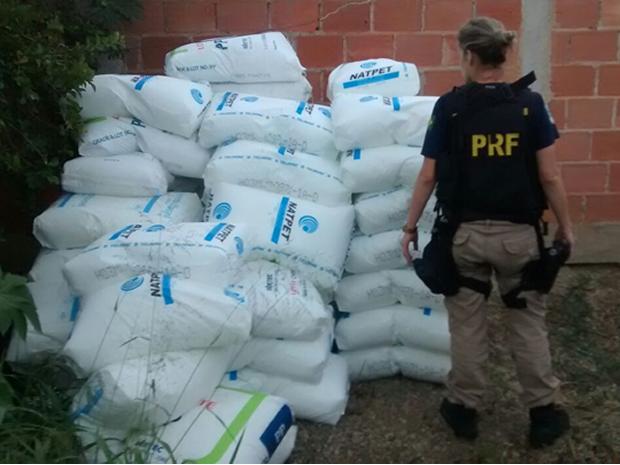 Veículo e a carga de polietileno foram roubados na Serra das Araras, em Piraí (Foto: Divulgação/Polícia Militar)