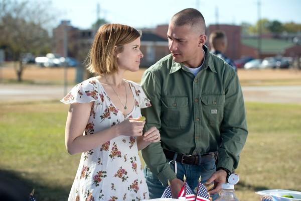 O ator Shia Labeouff e a atriz Kate Mara em cena de Man Down (Foto: Reprodução)
