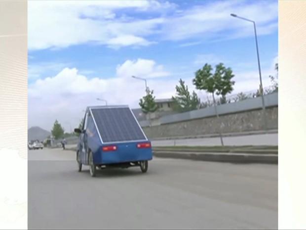 Ele usou chapas metálicas, peças de ferro-velho e painéis solares residenciais (Foto: BBC)