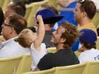 David Beckham se diverte com a filha durante jogo de beisebol