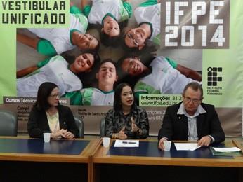 Edilene Guimarães, pró-reitora; Cláudia Sansil, reitora; e Marcos Maciel, presidente da Comissão de Vestibular (Foto: Lorena Aquino/G1)