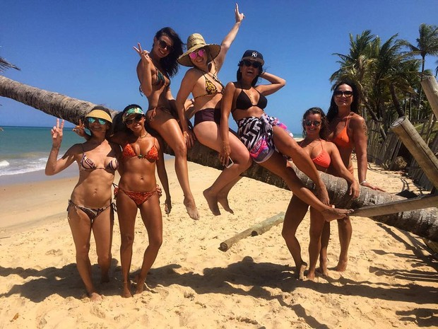 Isis Valverde curte praia com amigas e Luiza Brunet (Foto: Instagram / Reprodução)
