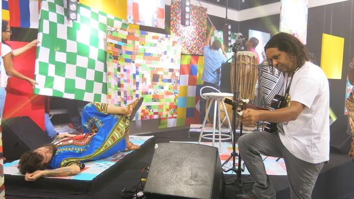 Saulo dá uma descansada enquanto o cenário é retocado (Foto: TV Bahia)