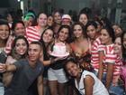 Viviane Araújo se diverte em festa de aniversário promovida pelos fãs