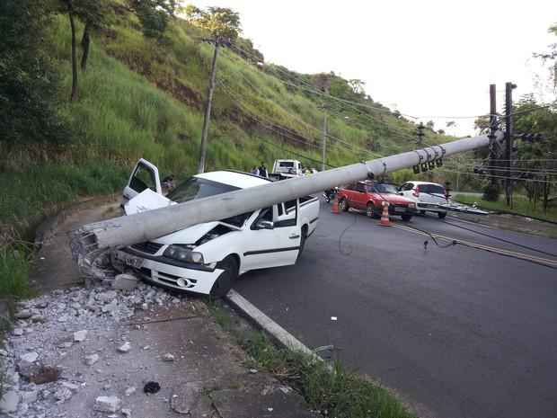 Motorista desviu de carro que descia na contramão e atingiu poste (Foto: Fábio de Souza/ Arquivo Pessoal)