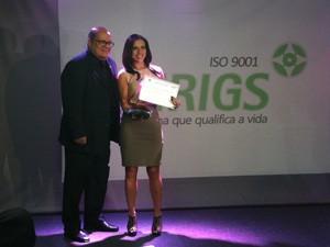 Repórter Roberta recebeu o troféu ao lado de colegas do jornalismo gaúcho (Foto: Arquivo Pessoal)
