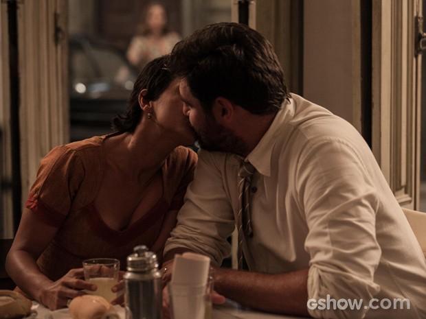 Após ganharem guarda de Guiseppe, Gaia e Toni se beijam (Foto: Inácio Moraes/TV Globo)