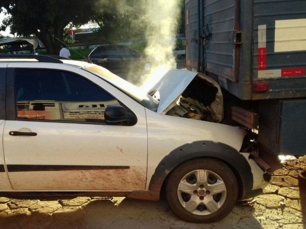 Motorista bateu na traseira de caminhão, em Guaraí (Foto: Divulgação/PRF TO)