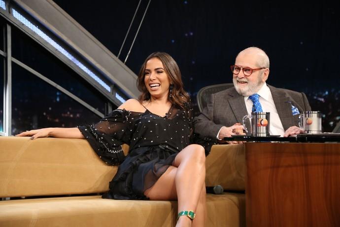 Anitta po-de-ro-sa no sofá do Jô (Foto: Carol Caminha/Gshow)