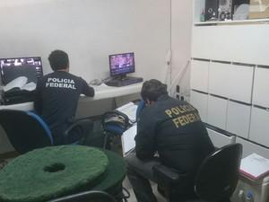 Policiais buscam documentos que comprovem responsabilidade por mancha (Foto: Divulgação/PF)