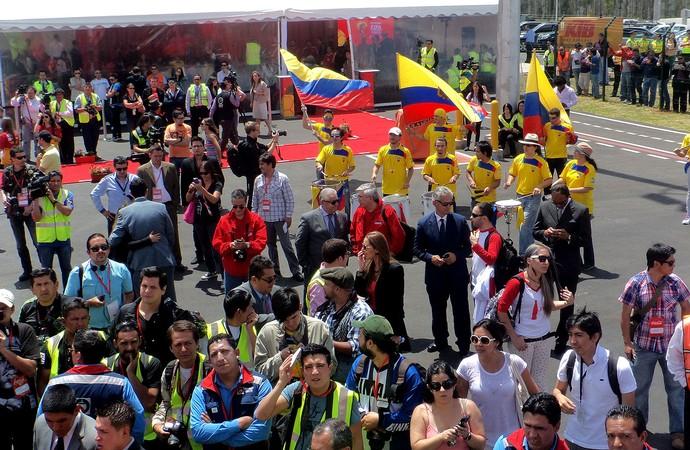 Tour da taça - equador - Muita festa e imprensa na chegada da taça a Quito (Foto: Cassius Leitão)