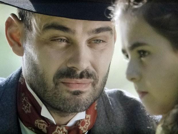 Qual será o mistério por trás da presença de Fernando por trás de Clara (Foto: Amor Eterno Amor/TV Globo)