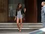 Izabel Goulart coloca as pernas de fora em look curtinho no Rio