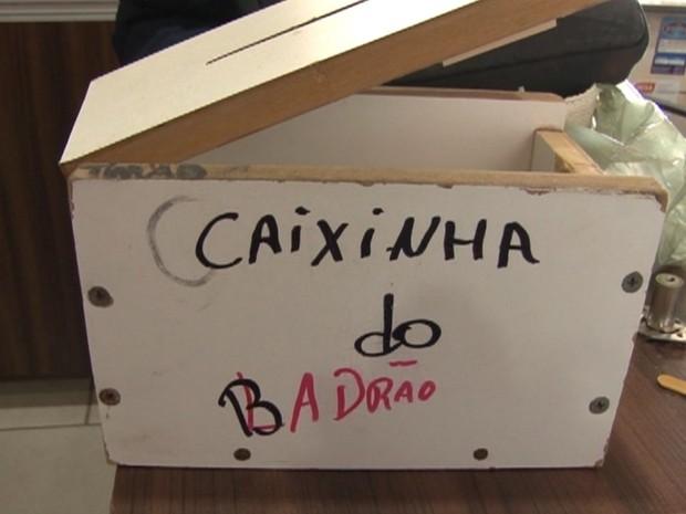 Funcionários protestaram com a 'caixinha do ladrão' contra os constantes assaltos no estabelecimento (Foto: Ana Círico/Divulgação)