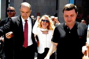 Joelma deixa Fórum após assinar divórcio (Foto: Marcelo Loureiro/AgNews)
