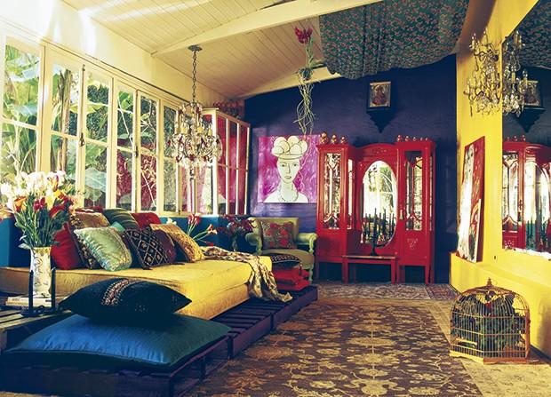 Na casa colorida da designer de interiores Neza Cesar, as amplas janelas de madeira pintada e vidro deixam entrar a luz natural na sala e permitem a visão do jardim (Foto: Agi Simões / Casa e Jardim)