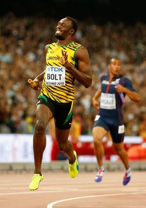 Usain Bolt completa prova do revezamento e leva Jamaica ao título (Foto: Getty Images)