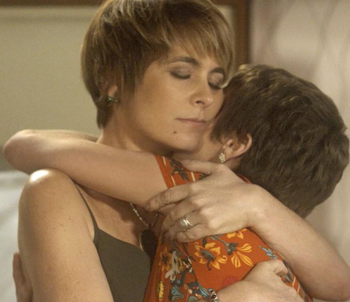 A garota ganha o abraço sincero da mãe (Foto: TV Globo)