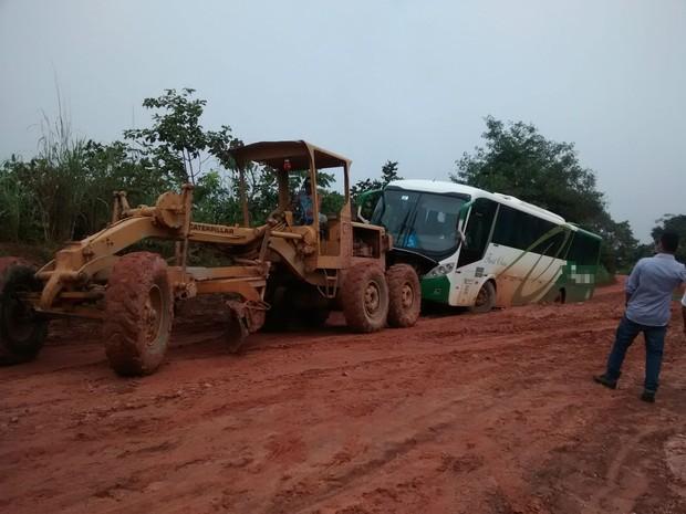 O ônibus ficou atolado na estrada que liga Itacajá a Santa Maria do Tocantins (Foto: Internauta/VC no G1)