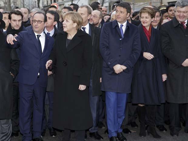 O presidente francês François Hollande é cercado por chefes de Estado, incluindo a chanceler alemã Angela Merkel e o presidente da Ucrânia Petro Poroshenko em marcha pela liberdade nas ruas de Paris, no domingo (11) (Foto: Philippe Wojazer/Reuters)