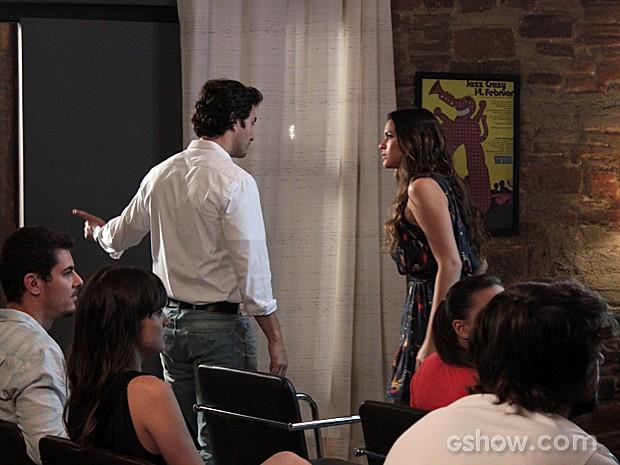 Laerte fala para Luiza sair da aula de fotografia (Foto: Em Família / TV Globo)