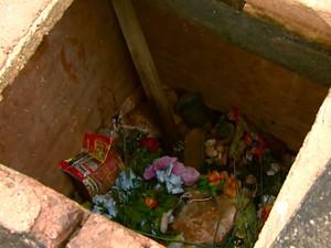 Túmulo descoberto funciona como ossário do cemitério em Ribeirão Bonito (Foto: Reprodução/ EPTV)