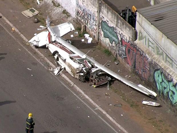 Avião caiu na pista marginal do Anel Rodoviário de Belo Horizonte. (Foto: Reprodução/TV Globo)