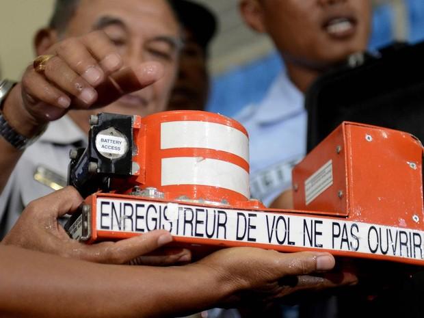 Militares indonésios mostram a caixa-preta com o gravador de voz da cabine do voo 8501 da AirAsia, retirado do mar e apresentado na base aérea de Pangkalan Bun (Foto: Prasetyo Utomo/Antara Foto/Reuters)