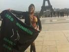 Andressa Urach posa de biquíni em frente a Torre Eiffel, em Paris