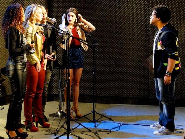 Kleiton descobre que ficou de fora da gravação do clipe (Foto: Cheias de Charme / TV Globo)