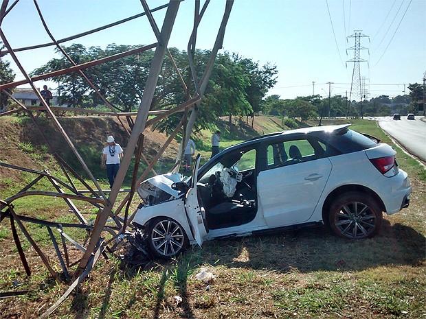 Motorista perde o controle de veículo e bate em torre de energia em Ribeirão Preto, SP (Foto: Michel Montefeltro/ G1)