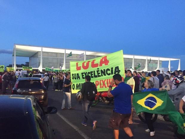 Manifestantes em ato em frente ao Plácio do Planalto em protesto contra a nomeação do ex-presidente Lula como ministro do governo Dilma (Foto: Alexandre Bastos/G1)