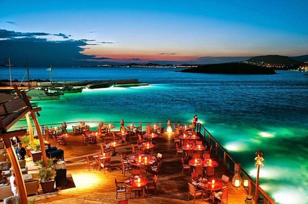 Desfrute de uma refeição romântica para dois no restaurante italiano Captain's House com vista para a baía (Foto: Reprodução)