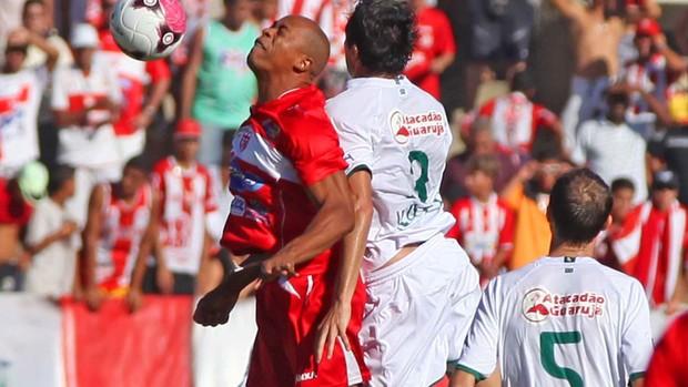 Lance do jogo entre CRB e Guarani (Foto: Itawi Albuquerque / Agência Estado)