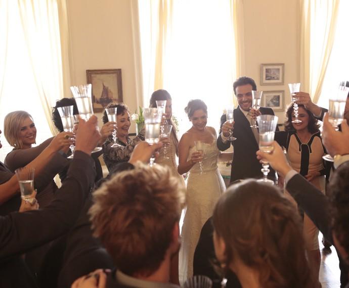 Todos brindam a felicidade do casal (Foto: Felipe Monteiro/ Gshow)