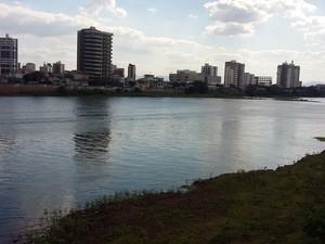 Nível do Rio Paraíba do Sul está marcando nesta terça-feira (Foto: Dulcides Netto/G1)