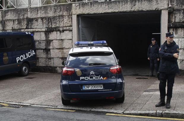 Carro de polícia levando Francisco Garzon, o condutor do trem de alta velocidade que descarrilou, chega à corte de Santiago de Compostela, na Espanha, para prestar esclarecimentos a juiz. (Foto: Miguel Vidal/Reuters)