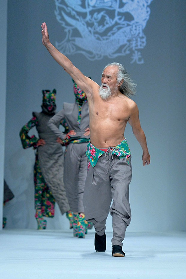 79-year-old Chinese actor Wang Deshun displays a new creation by Chinese fashion designer Sheguang Hu at the Sheguang Hu fashion show during the China Fashion Week Fall/Winter 2015 in Beijing, China, 25 March 2015. (Foto: Niu daqing - Imaginechina)