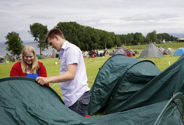Jovens do Partido Trabalhista da Noruega montam acampamento de verão nesta quarta (3); em 2011, ataque deixou dezenas de mortos (Foto: Haakon Mosvold Larsen/Scanpix Norway/AFP)