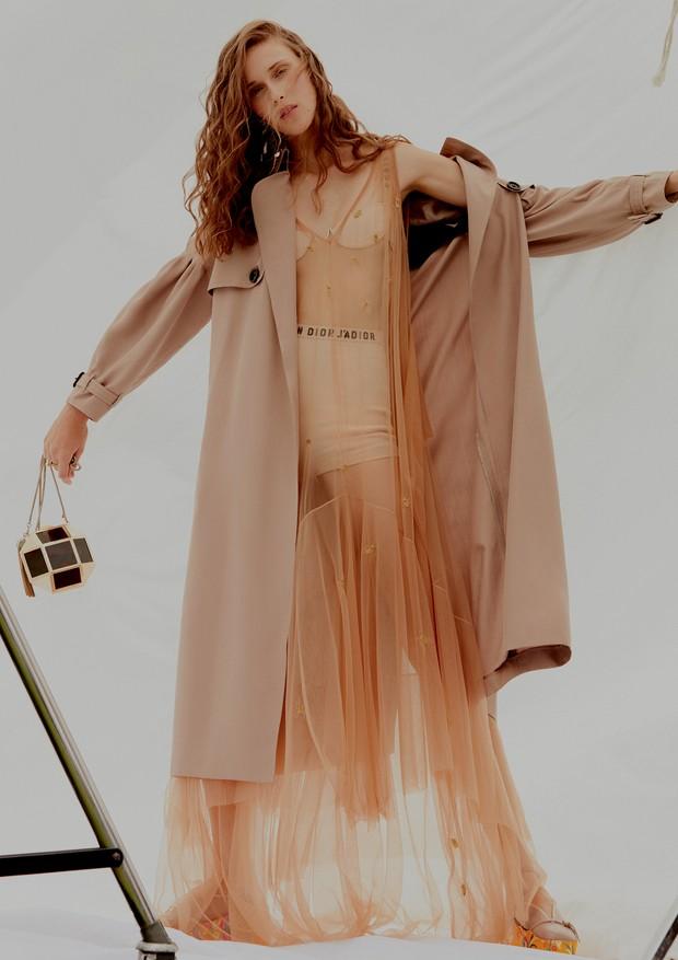 Trench coat, R$ 9.295, Burberry; vestido, R$ 3.800, Emannuelle Junqueira; sutiã, R$ 4.600, e hot pants, R$ 4.200, ambos Dior. Brinco, R$ 4.800, e anel, R$ 900, ambos Flávia Madeira; bolsa, R$ 1.698, Bo.Bô; sapatos, R$ 5.220, Gucci (Foto: Rafael Pavarotti)