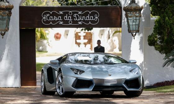 Lamborghini de Fernando Collor é apreendida na Casa da Dinda (Foto: Pedro Ladeira/Folhapress)