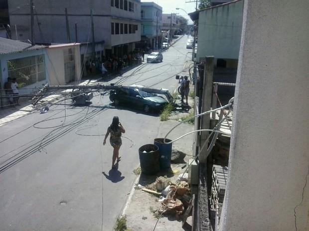 Poste ficou atravessado na rua (Foto: Ilza Izabel Santos/ VC no ESTV)