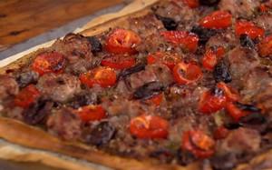 'A Cozinha Caseira de Annabel' - pissaladière de linguiça, tomate e azeitona