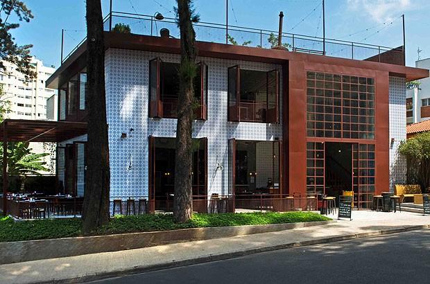Na fachada do Quintana Bar, azulejos portugueses cobrem as paredes e caixas metálicas abrigam os caixilhos industriais, da Atelier du Metal (atelierdumetal.com.br)  (Foto: Divulgação)