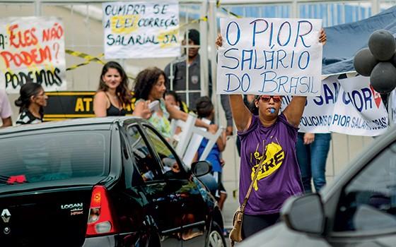 REIVINDICAÇÃO Manifestação de famílias de policiais militares em frente a um batalhão em Vitória. Apesar das palavras de ordem nos cartazes, o salário do PM capixaba está longe de ser o pior do Brasil  (Foto: Gabriel Lordêllo/Ag. O Globo)
