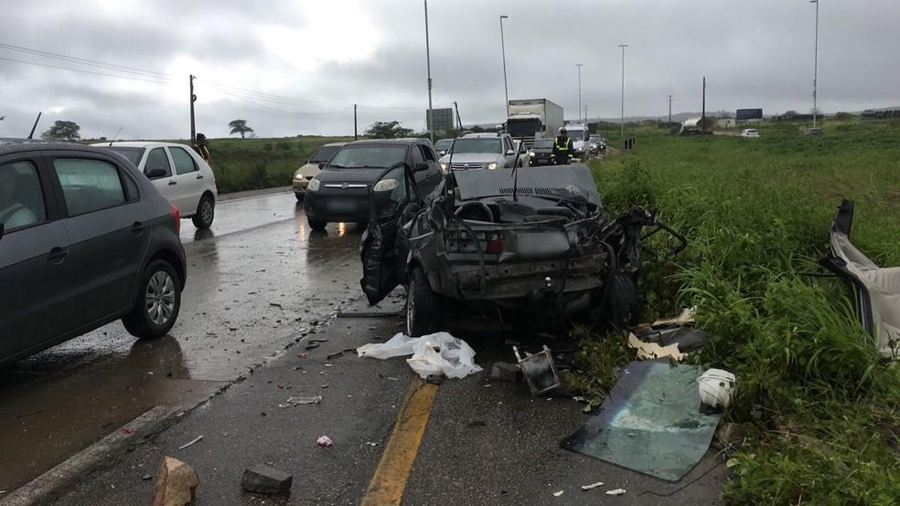 Um dos carros envolvidos no acidente ficou destruído (Foto: Ana Rebeca Passos/TV Asa Branca)