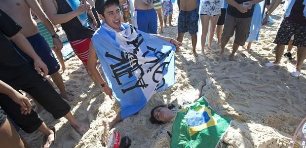 Antes da final, torcida argentina vai à praia (Antes da final, torcida argentina vai à praia (Antes da final, torcida argentina vai à praia (AP)))