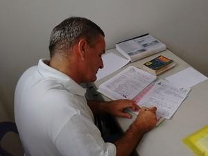Português escreveu cinco livros na prisão (Foto: Fernanda Zauli/G1)