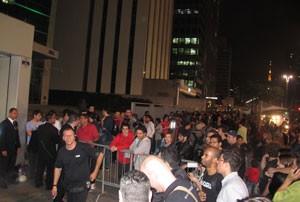 Grande fila em frente de loja na Avenida Paulista, em São Paulo, marcou o lançamento de game (Foto: Gustavo Petró/G1)